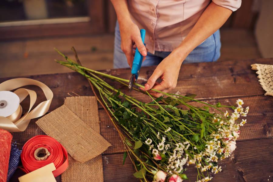 Preparazione fiori da consegnare a domicilio